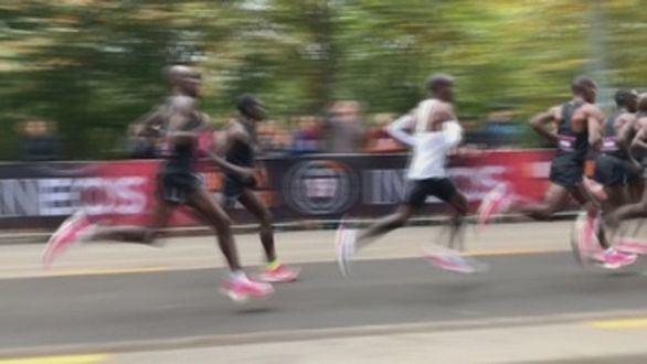 Se desinfla el récord marciano de Kipchoge en maratón: prohíben sus zapatillas