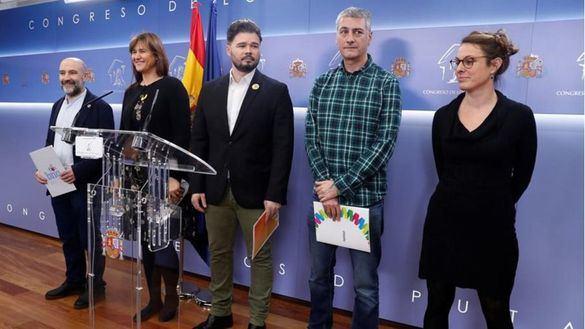 Los socios de Sánchez, JxCat y la CUP dan plantón al Rey y cargan contra la monarquía