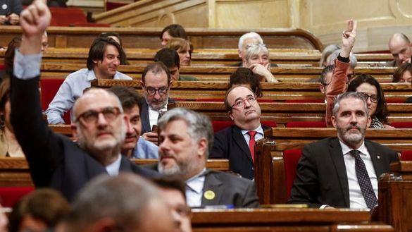 El Parlament pide un mediador mientras llama
