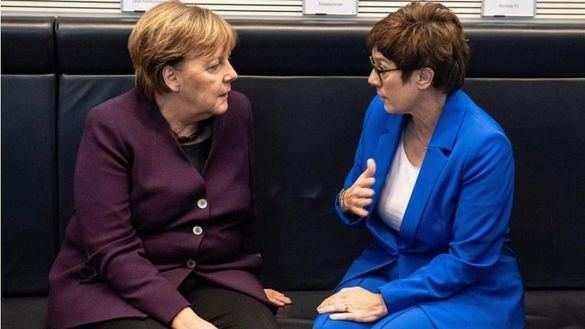 La sucesora de Merkel se descuelga de la batalla presidencial