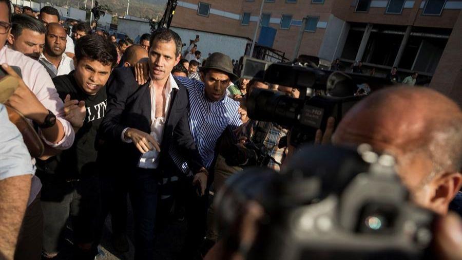 Chavistas atacan a Guaidó al aterrizar en Caracas