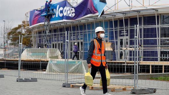 Un trabajador en la Fira de Barcelona donde se ultiman los preparativos para el Congreso Mundial de Móviles (MWC) de Barcelona, este miércoles.