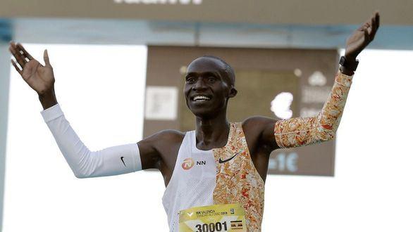 Joshua Cheptegei rompe el récord mundial de los 5.000 metros