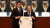 El nuevo jugador del Real Madrid, Reinier, junto al presidente del club, Florentino Pérez.