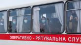 Temor al coronavirus en Ucrania: reciben a pedradas a los evacuados de China