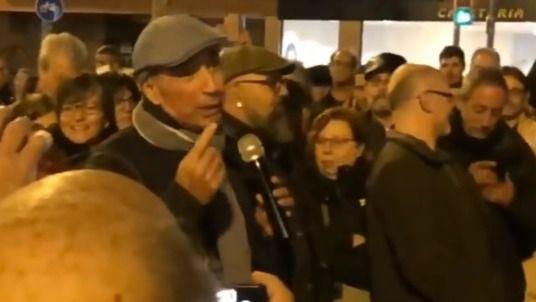 Lluís Llach canta L'Estaca con los independentistas que cortan cada día la Meridiana