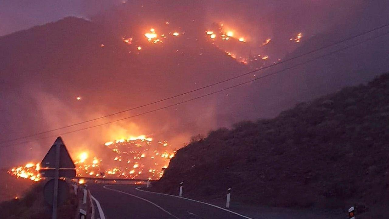 200 vecinos permanecen en la playa ante la amenaza del fuego en Gran Canaria