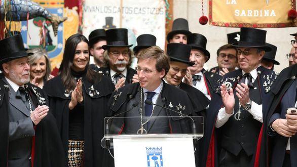 Almeida y Villacís despiden el carnaval junto a la Alegre Cofradía del Entierro de la Sardina