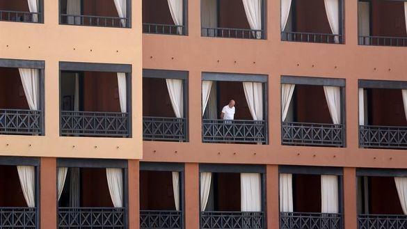 Otros 200 turistas abandonan el hotel tinerfeño en cuarentena por el coronavirus