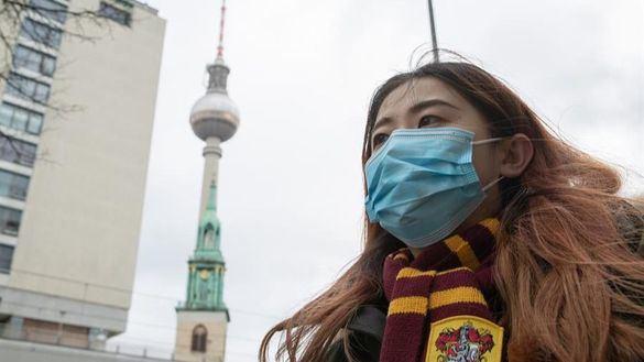 Una turista se protege con una mascarilla en Berlín (Alemania), este viernes.