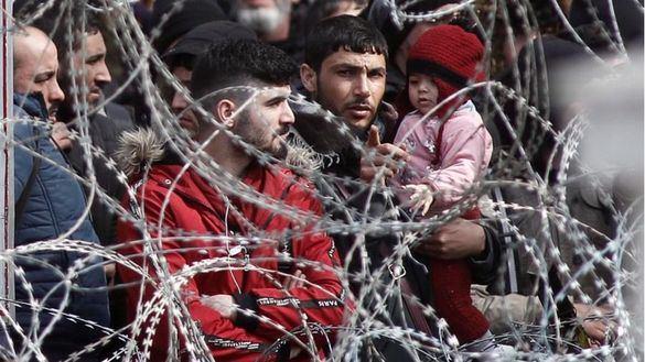 Miles de migrantes esperan entrar en Grecia, animados por Turquía y los bulos