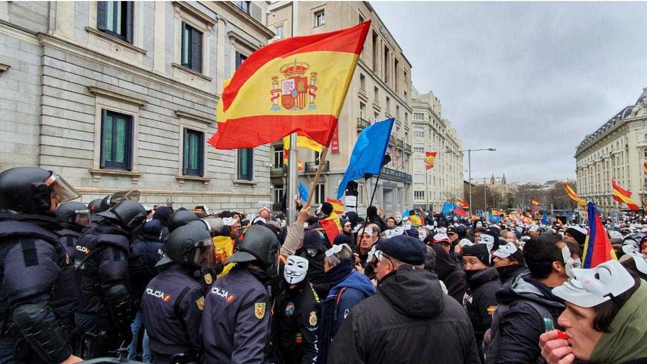 Policía y Guardia Civil 'rodean' el Congreso para reclamar la equiparación salarial