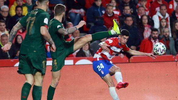 Un zarpazo de Yuri desarbola al Granada y pone al Athletic en la final  2-1