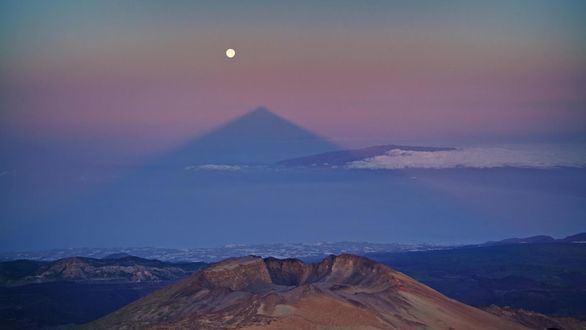 Sombra del Teide y Luna llena en el orto solar del día 16 de junio de 2011 visto desde el pico del Teide.