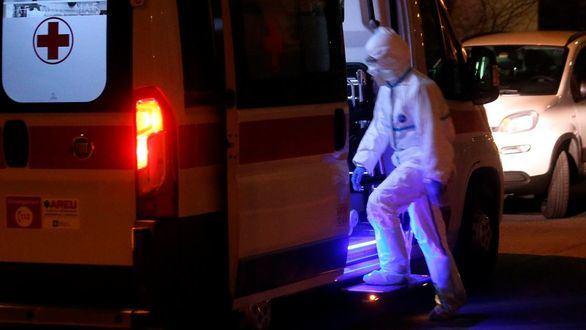 Una ambulancia traslada a un afectado por el coronavirus.