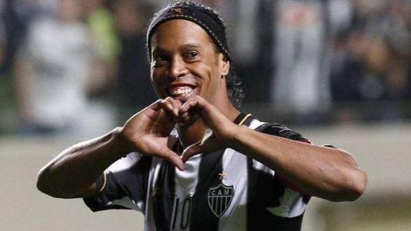 No todo el fútbol ha parado por el coronavirus: Ronaldinho gana un torneo en la cárcel