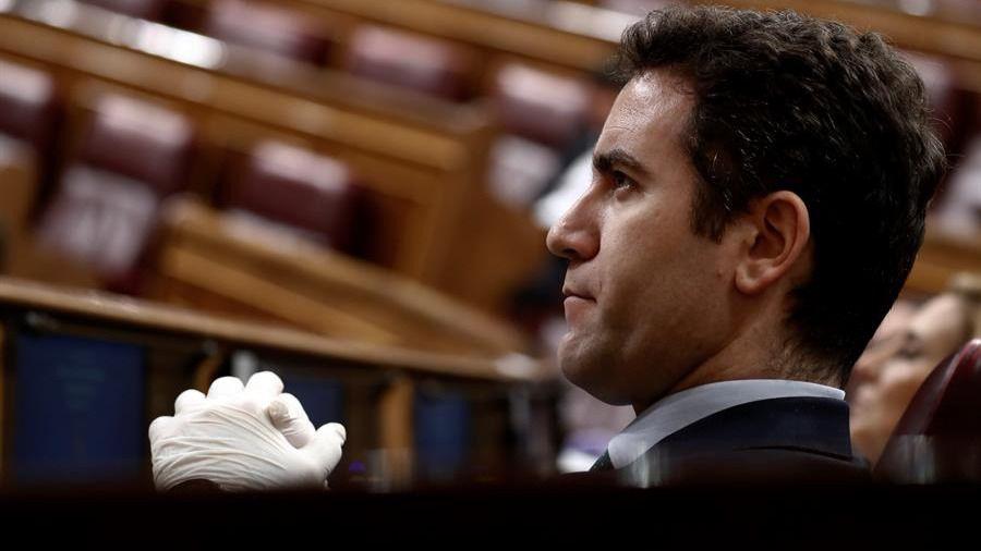 Mascarillas, guantes... Los diputados se protegen del coronavirus en un insólito pleno