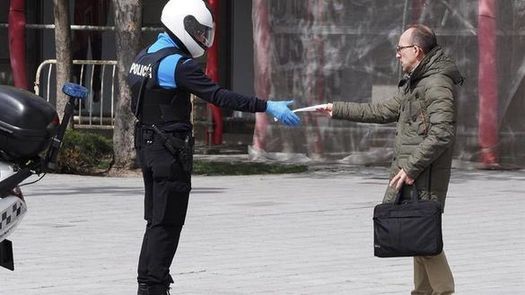 Un policía local solicita documentación a un viandante en la plaza Zorrilla de Valladolid, este martes.