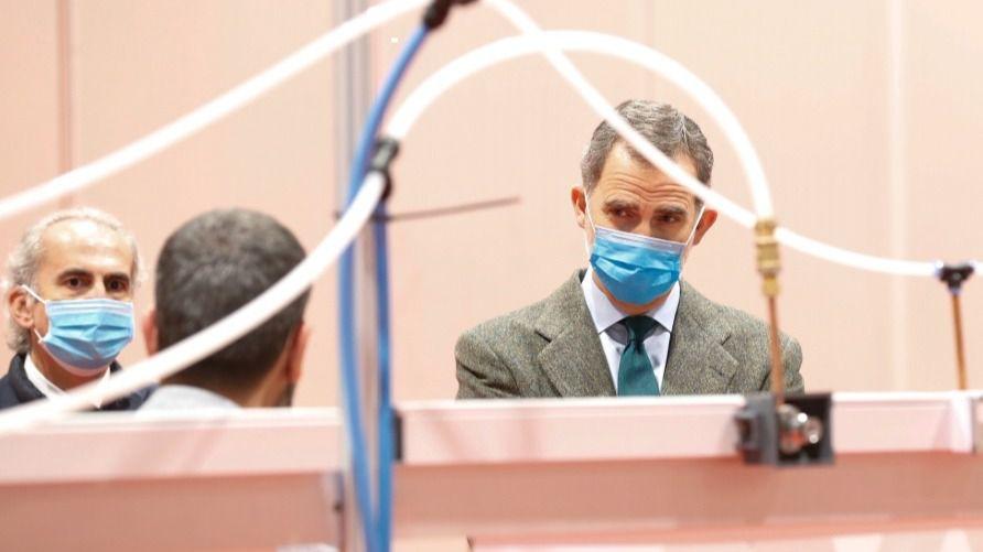 El Rey, con mascarilla y guantes, visita el hospital de Ifema,