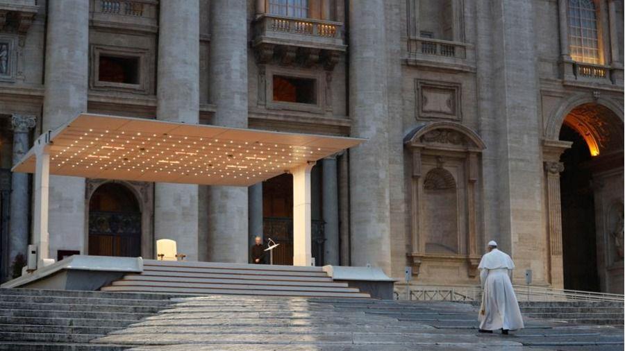 Histórica bendición del Papa en soledad ante una plaza de San Pedro vacía