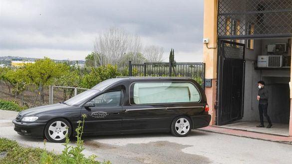 El drama de los entierros: sin velatorios y sólo tres familiares en la inhumación o cremación