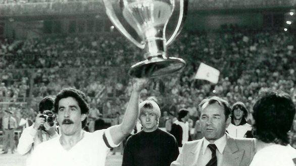 El jugador del Real Madrid, Goyo Benito, sostiene la copa.