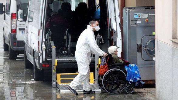 Trabajadores de una residencia privada trasladan a una persona mayor.