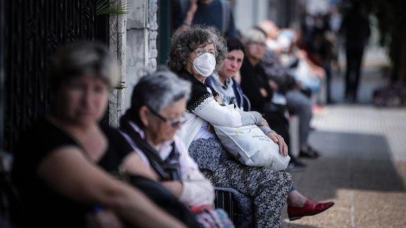 Covid-19 o hambre: largas filas de ancianos en Argentina para cobrar la pensión