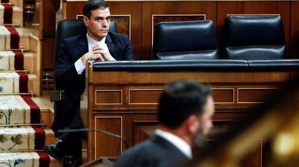 Pedro Sánchez escucha a Santiago Abascal en el último debate del Congreso