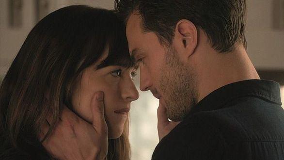 Dakota Johnson y Jamie Dornan vuelven a dar vida a Anastasia Steele y Christian Grey en la secuela 'Cincuenta sombras más oscuras'.