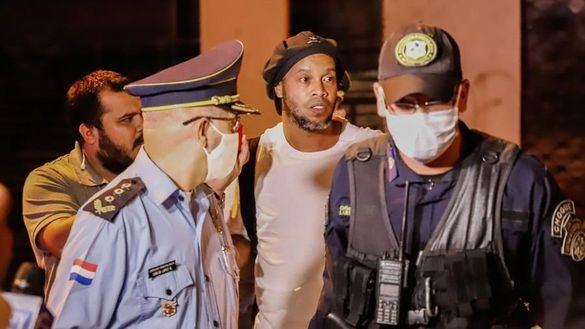 Ronaldinho sale del calabozo para seguir su arresto en un hotel de lujo