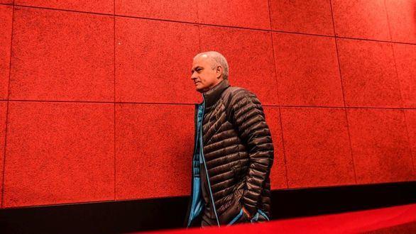 Mourinho se salta la cuarentena y el Tottenham le pone la cara roja