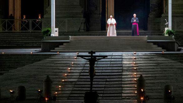 El Papa preside un Vía Crucis en una Plaza vaticana vacía por el coronavirus