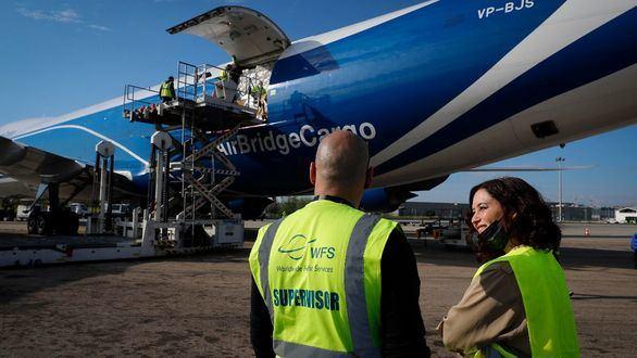 Díaz Ayuso recibe una carga récord de 113 toneladas de material sanitario