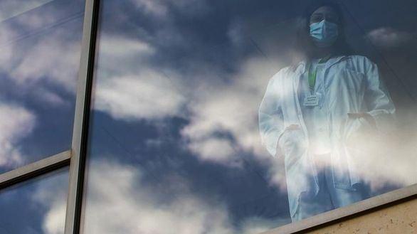 La atleta y doctora Maina Muzas posa en Badalona, este lunes, con el cielo reflejado en el cristal de su hospital.