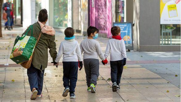 Menores salen a hacer la compra con su madre.