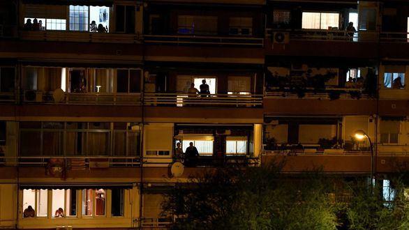 Aplausos de la ciudadanía desde los balcones a los sanitarios que atienden a las personas con coronavirus.