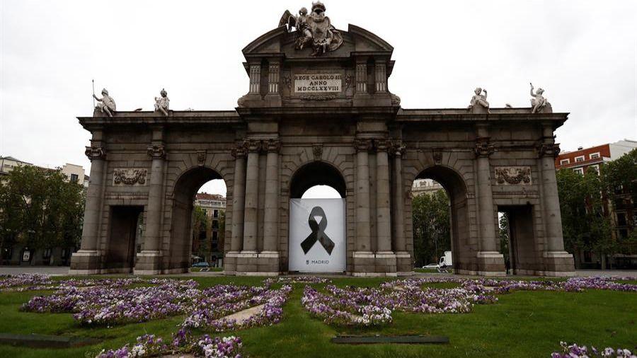Madrid rinde homenaje a las víctimas con un crespón negro en la Puerta de Alcalá