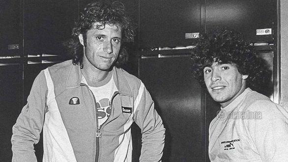 Maradona trata de cuidar a un Guillermo Vilas convaleciente