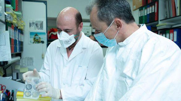 El investigador Juan García Arriaza junto al ministro de Ciencia, Pedro Duque.