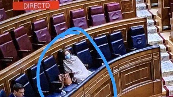 Calvo reaparece en el Congreso con mascarilla y tapada con una manta