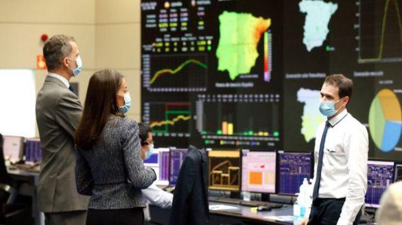 Los Reyes visitan la sede de Red Eléctrica Española para apoyar su