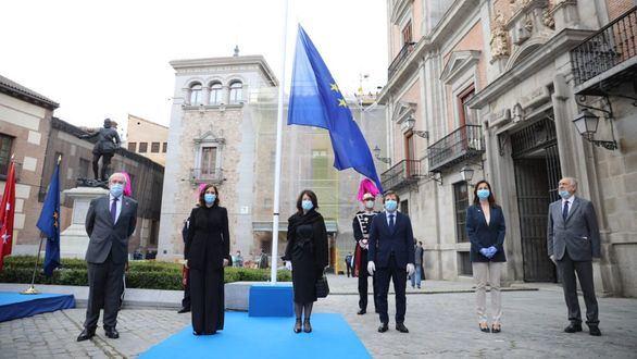 Almeida y Ayuso conmemoran el Día de Europa: 'Superaremos juntos las heridas de esta pandemia'