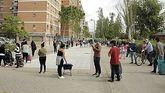 Cientos de madrileños esperan una bolsa de comida: 'No es Venezuela, es Aluche'