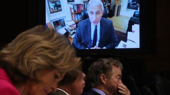 Senadores estadounidenses escuchan al doctor Anthony Fauci, este martes.