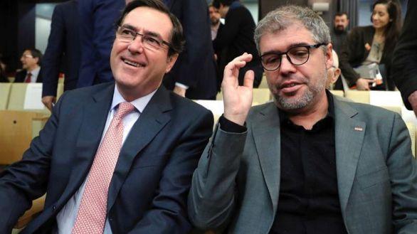 El secretario general de CCOO, Unai Sordo (d), y el presidente de CEOE-Cepyme, Antonio Garamendi (i)
