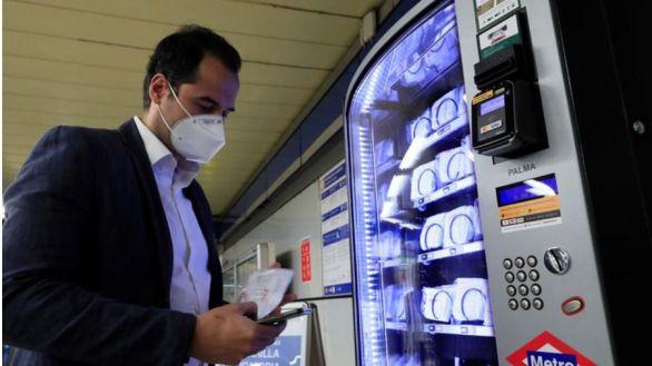 Mascarillas y gel desinfectante en máquinas de 'vending' en el Metro de Madrid