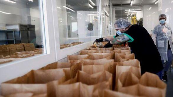 La Comunidad de Madrid entrega 10.000 bolsas de alimentos para familias sin recursos