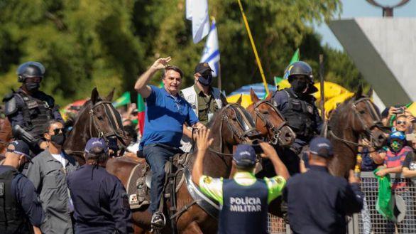 Bolsonaro, a caballo en una masiva manifestación que ignora el Covid-19