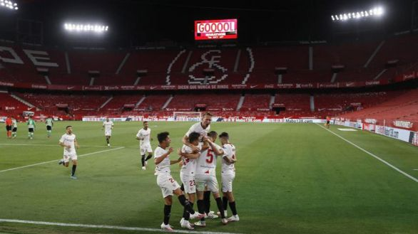 El Sevilla se lleva el derbi hispalense en la vuelta a la competición de LaLiga |2-0
